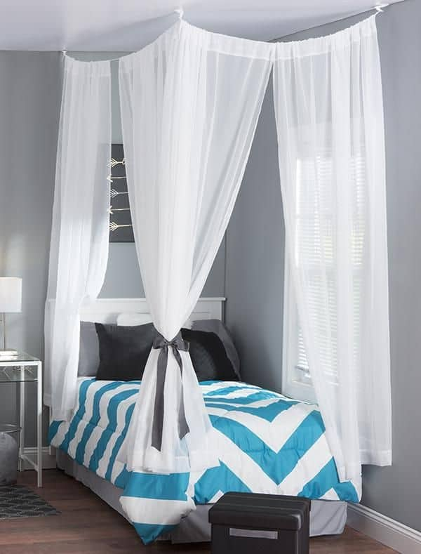 Hanging curtains in small bedroom curtain menzilperde net Beautiful canopy beds