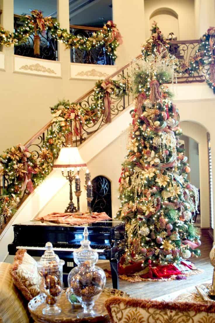 20 Magical And Crafty Ways To Decorate An Indoor Staircase This Christmas (10)
