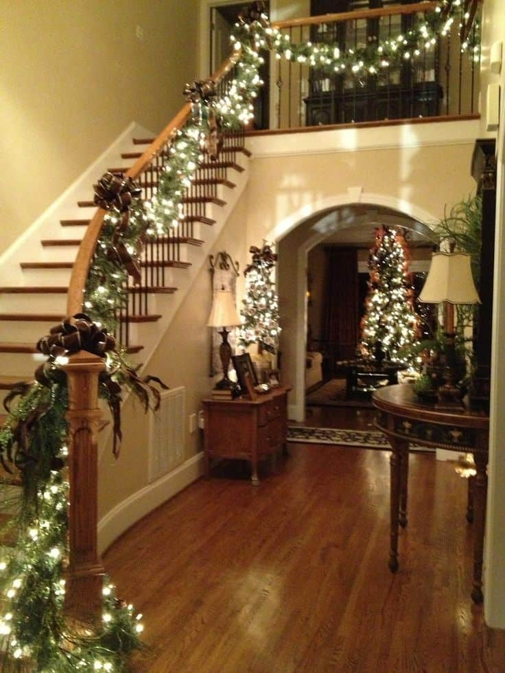 20 Magical And Crafty Ways To Decorate An Indoor Staircase This Christmas (11)
