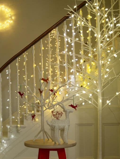 20 Magical And Crafty Ways To Decorate An Indoor Staircase This Christmas (13)