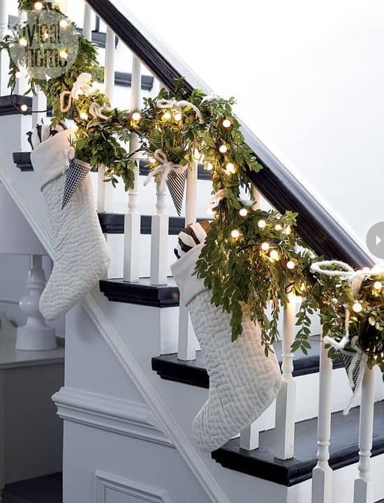 20 Magical And Crafty Ways To Decorate An Indoor Staircase This Christmas (14)