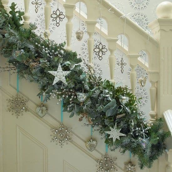 20 Magical And Crafty Ways To Decorate An Indoor Staircase This Christmas (15)