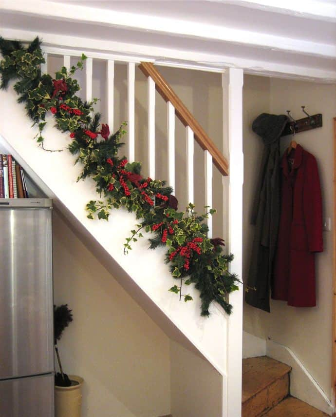 20 Magical And Crafty Ways To Decorate An Indoor Staircase This Christmas (19)