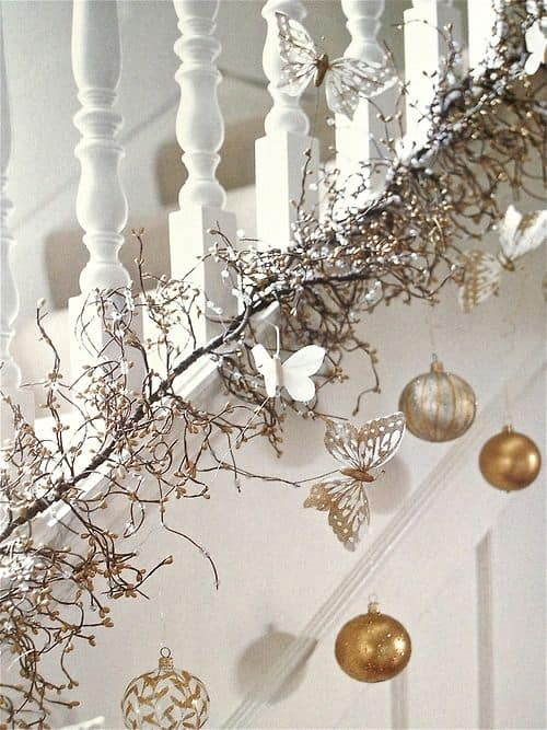 20 Magical And Crafty Ways To Decorate An Indoor Staircase This Christmas (3)
