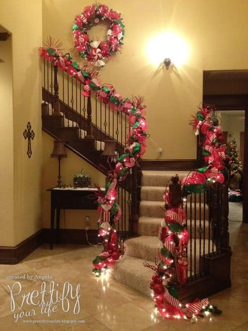20 Magical And Crafty Ways To Decorate An Indoor Staircase This Christmas (5)