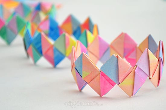 5. DIY FOLDED PAPER BRACELETS CRAFTS TO REALIZE WITH YOUR LITTLE ONES