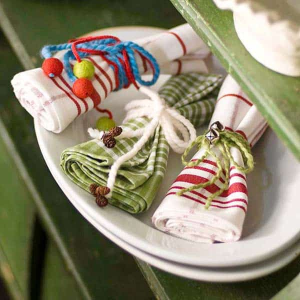 17 Super Delicate Napkin Ideas For Your Christmas Table Setting homesthetics decor (1)