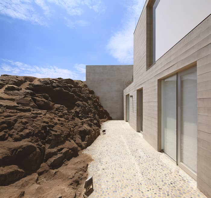 Concrete Home On A Cliff By Domenack Arquitectos in Peru Overlooking the Pacific homesthetics (7)