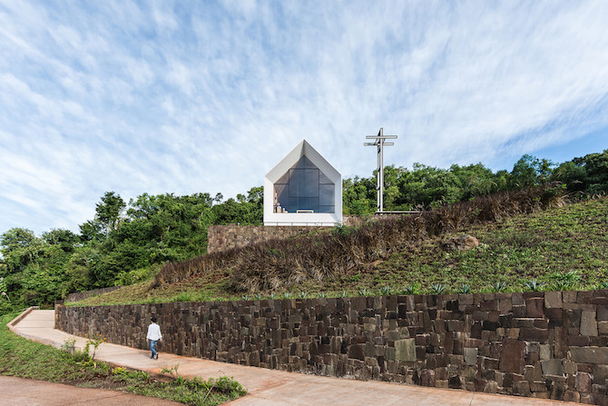 Sculptural Shape in Plane Sight - Chapel In The Forest by Estudio Cella homesthetics architecture (6)