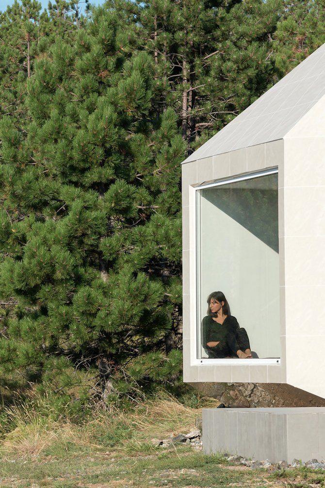 The Assymetrical Divcibare Mountain Home Nestled In Serbia By EXE Studio homesthetics architecture (6)