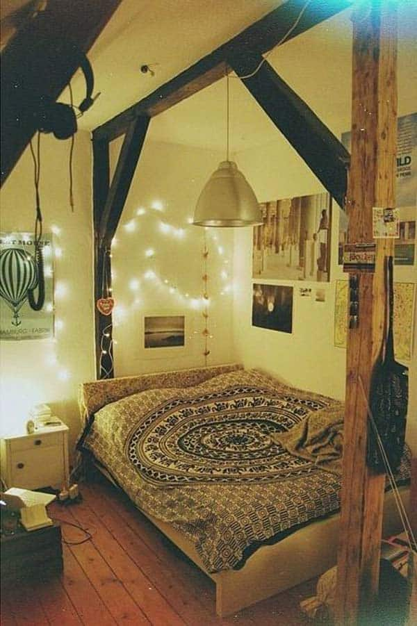 INTIMATE ATTIC BEDROOM DESIGN WITH EXPOSED WOODEN STRUCTURE