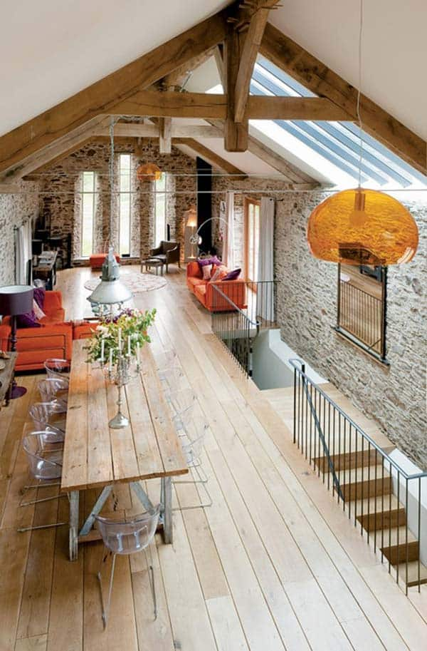 IMPECCABLE ATTIC SPACE WITH SKYLIGHT AND EXPOSED WOODEN BEAMS