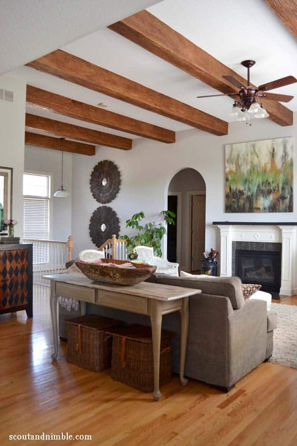 BEAUTIFUL WOODEN STRUCTURE EXPOSED IN THE LIVING ROOM