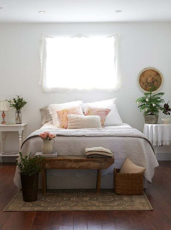 PLACE A SMALL VINTAGE BENCH AND IMPROVE YOU DECOR IN SECONDS