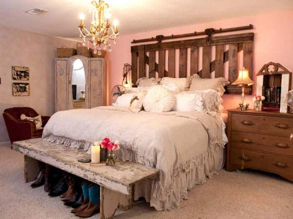 BRING VINTAGE CHARM IN AN ECLECTIC DECOR The Foot of the Bed homesthetics decor (4)