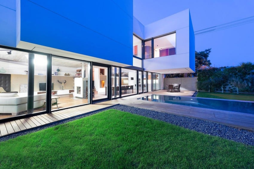 Contemporary Home Sculpted on an Atypical Plot by at26 architectur homesthetics (18)