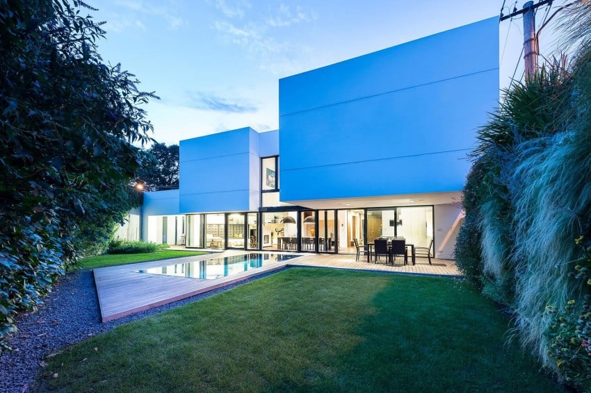 Contemporary Home Sculpted on an Atypical Plot by at26 architectur homesthetics (20)