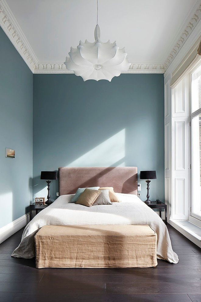 blue tones for background in small bedroom