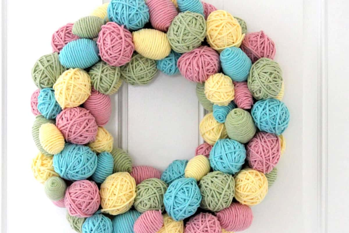 21-colorful-yarn-easter-egg-wreath-easter-crafts
