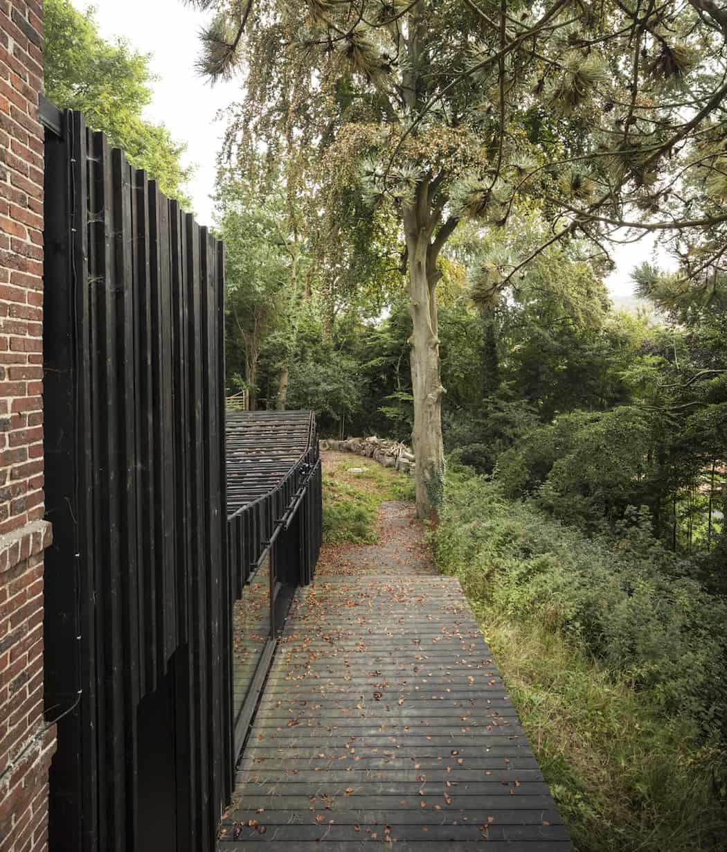 Marchi_BlackHouse_Enchanting_Timber_Home_Nestled_in_The Forests of Normandy01-1050x742 (10)