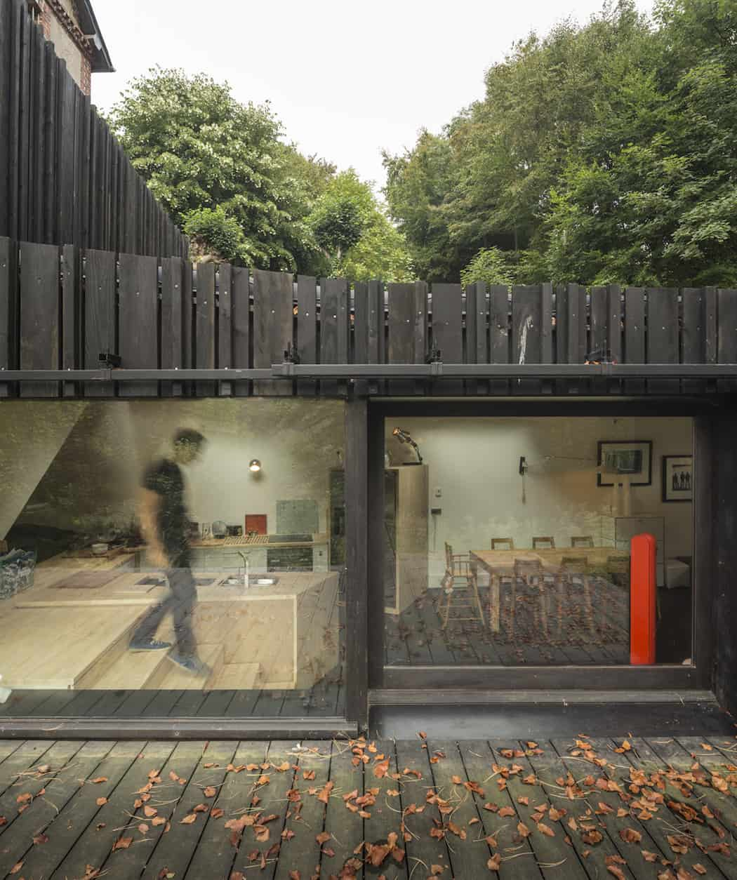Marchi_BlackHouse_Enchanting_Timber_Home_Nestled_in_The Forests of Normandy01-1050x742 (11)