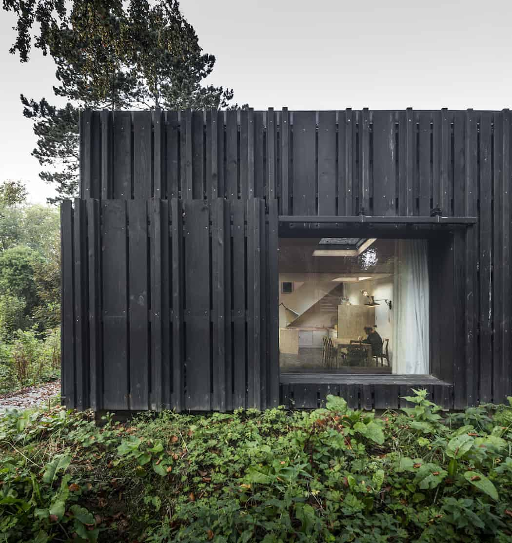 Marchi_BlackHouse_Enchanting_Timber_Home_Nestled_in_The Forests of Normandy01-1050x742 (12)