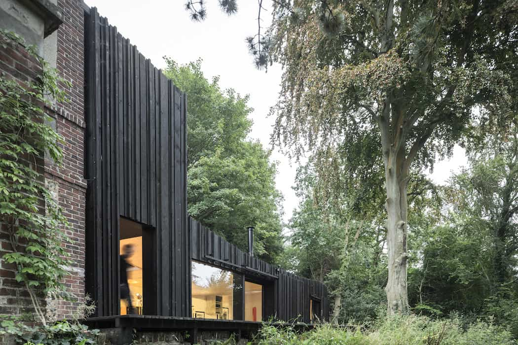 Marchi_BlackHouse_Enchanting_Timber_Home_Nestled_in_The Forests of Normandy01-1050x742 (13)
