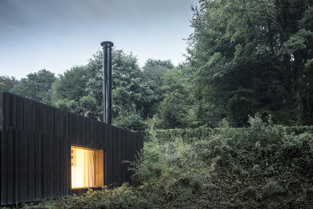Marchi_BlackHouse_Enchanting_Timber_Home_Nestled_in_The Forests of Normandy01-1050x742 (15)