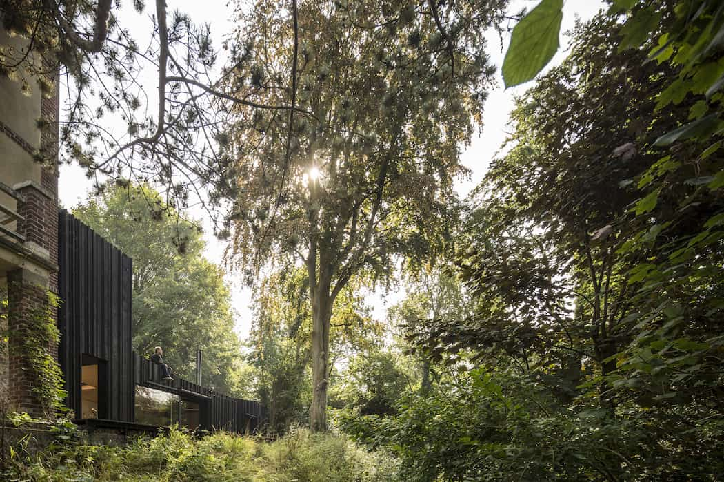 Marchi_BlackHouse_Enchanting_Timber_Home_Nestled_in_The Forests of Normandy01-1050x742 (16)
