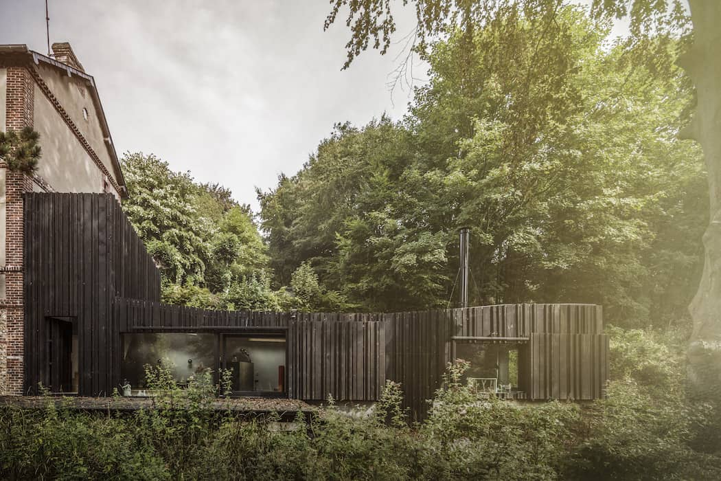 Marchi_BlackHouse_Enchanting_Timber_Home_Nestled_in_The Forests of Normandy01-1050x742 (3)