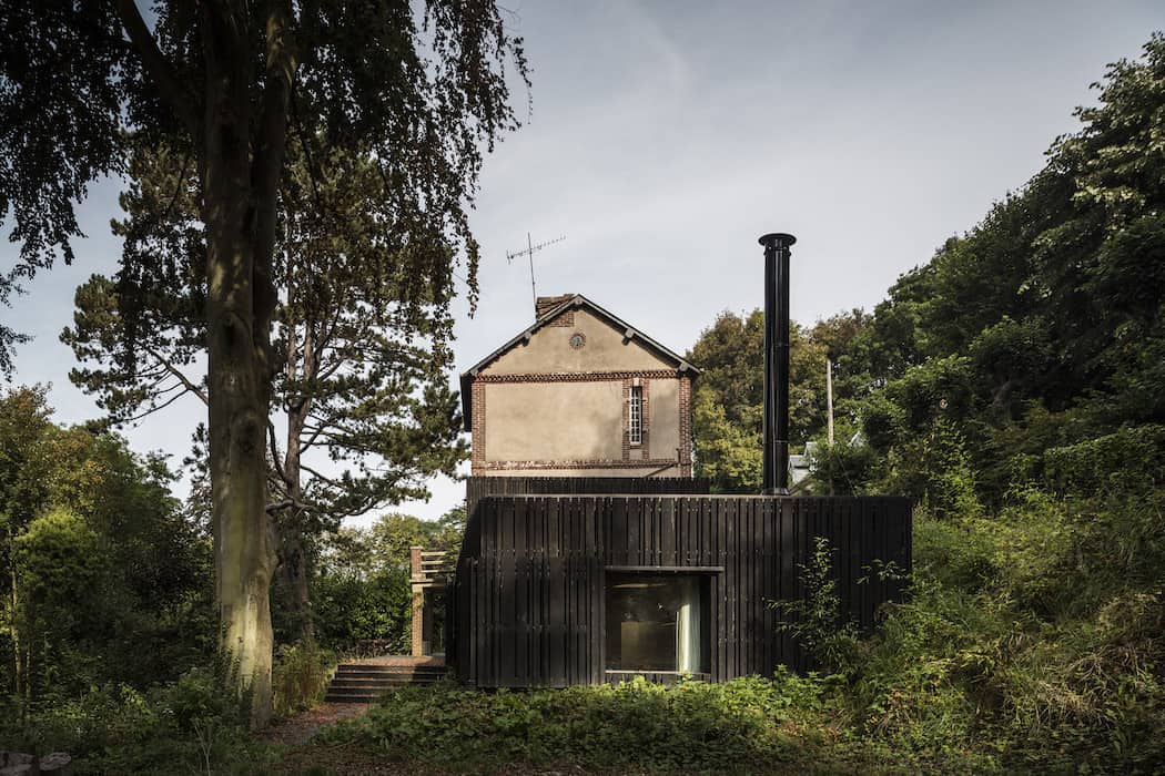 Marchi_BlackHouse_Enchanting_Timber_Home_Nestled_in_The Forests of Normandy01-1050x742 (4)