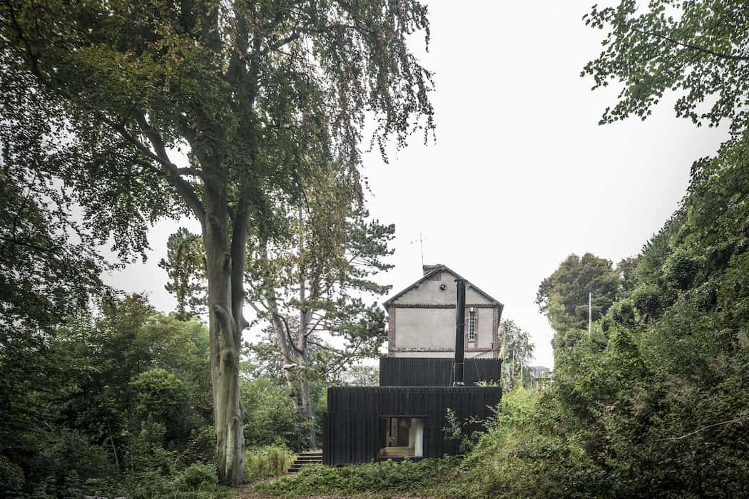 Marchi_BlackHouse_Enchanting_Timber_Home_Nestled_in_The Forests of Normandy01-1050x742 (5)