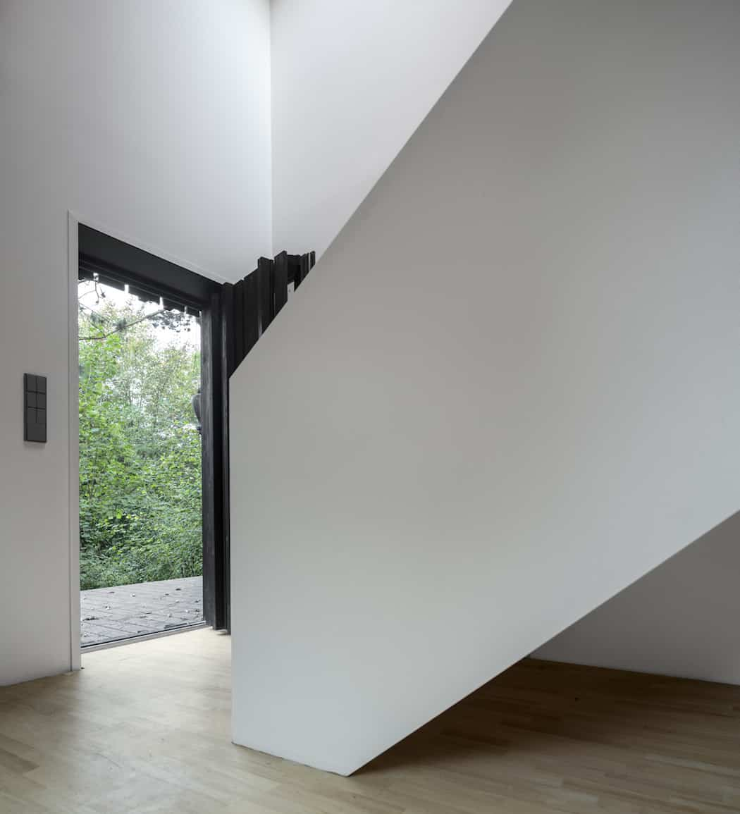 Marchi_BlackHouse_Enchanting_Timber_Home_Nestled_in_The Forests of Normandy01-1050x742 (7)