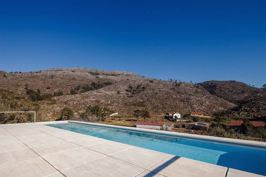 Modern Mansion With Rooftop Pool Adorn in Portugal homesthetics (3)