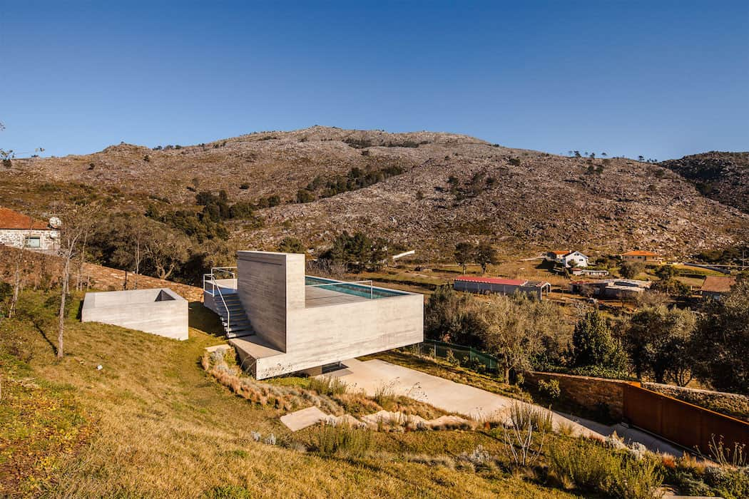 Modern Mansion With Rooftop Pool Adorn in Portugal homesthetics 8