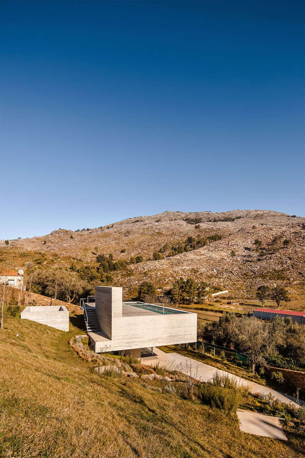 Modern Mansion With Rooftop Pool Adorn in Portugal homesthetics (9)