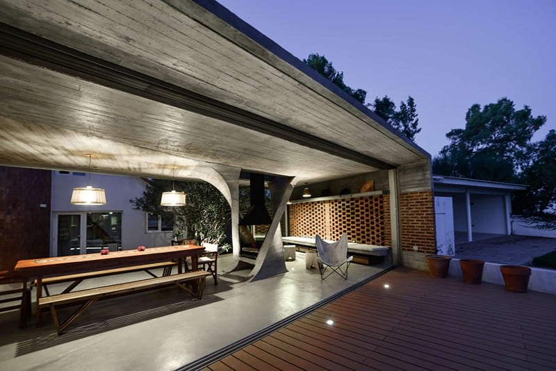 Sculptural Twisted Concrete Columns Shaping a Modern Residence in Rio Negro (1)