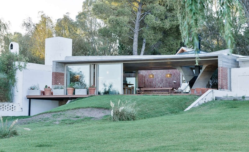 Sculptural Twisted Concrete Columns Shaping a Modern Residence in Rio Negro (10)