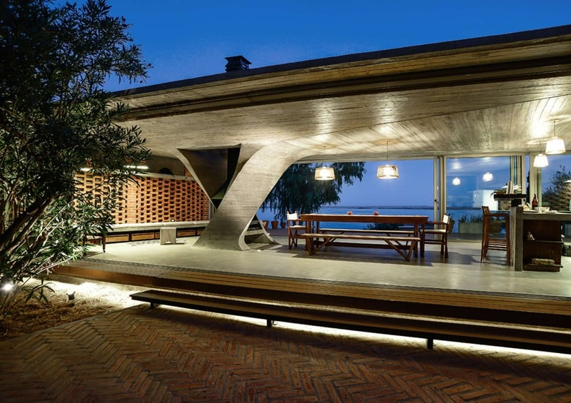 Sculptural Twisted Concrete Columns Shaping a Modern Residence in Rio Negro (2)
