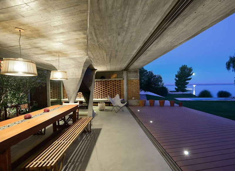 Sculptural Twisted Concrete Columns Shaping a Modern Residence in Rio Negro (5)