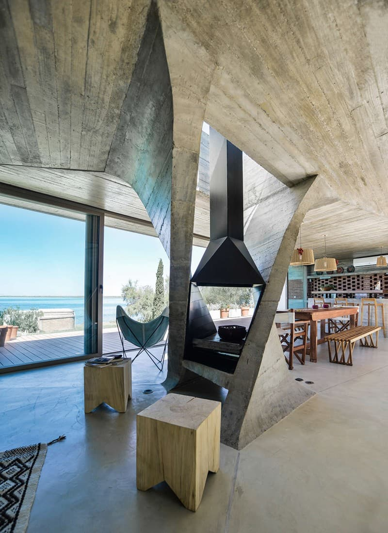 Sculptural Twisted Concrete Columns Shaping a Modern Residence in Rio Negro (9)