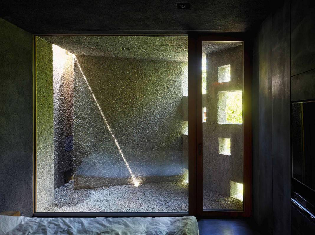 Tiny Bunker Home Transformed Into a Mesmerizing Refuge (15)
