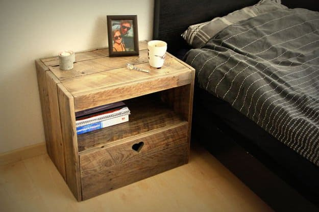 31. CREATE BRILLIANT PALLET WOOD NIGHTSTAND