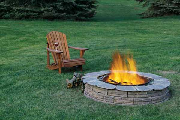 THIN BRICKS SHAPING A LOW CIRCULAR FIRE PIT