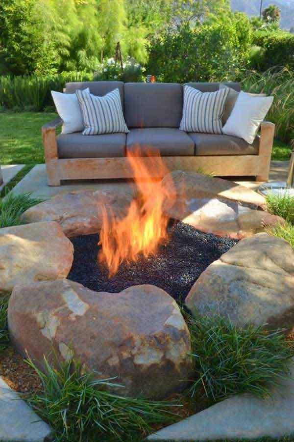IMMENSE ROCKS SHAPING A COOL DIY FIRE PIT