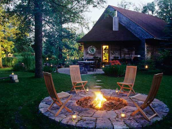 DISCRETE LOW FIRE PIT SHAPING AN OUTDOOR ENTERTAINING AREA