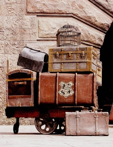 ADDING OLD TRUNKS AND VINTAGE SUITCASES steampunk decor-homesthetics (2)