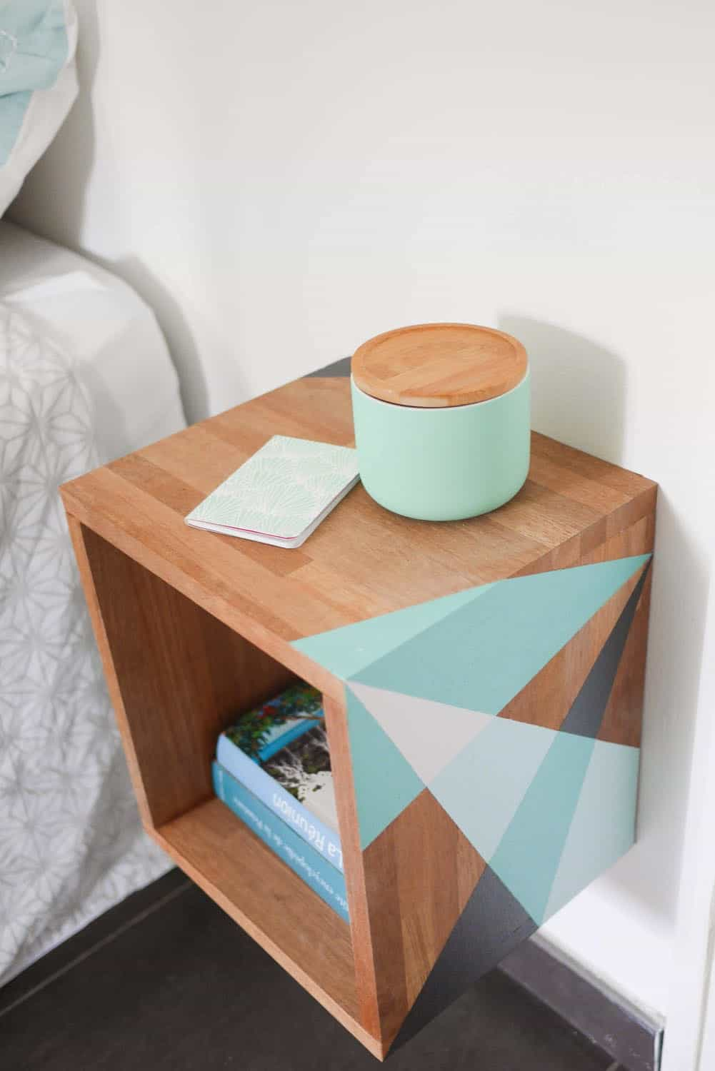 DIY Table de nuit graphique 13 7. FLOATING DIY NIGHTSTAND WITH TEAL COLOR ACCENTS