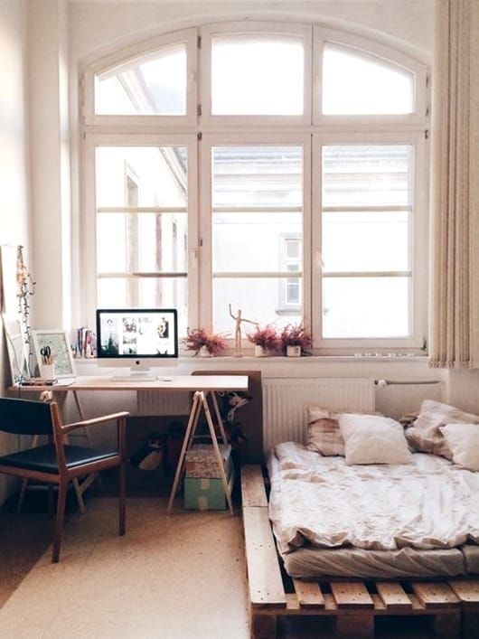 20. SMALL BEDROOM PROVIDING COMFORT THROUGH A SIMPLE PALLET BED