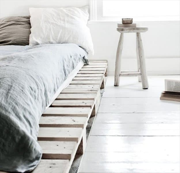 19. NEUTRAL VERY SIMPLE PALLET BED FRAME IN AN ALL WHITE DECOR